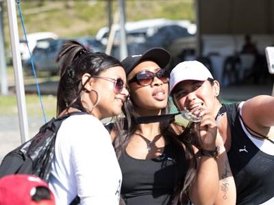 drei Frauen,  ein Selfie machen