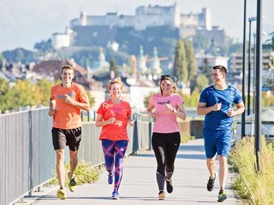Vier Leute joggen in Österreich