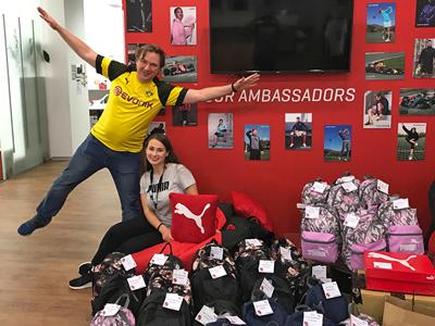 Працівники ПУМА з рюкзаками для дітей