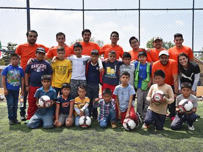 PUMA Mitarbeiter nach einem Fußballspiel mit Kindern
