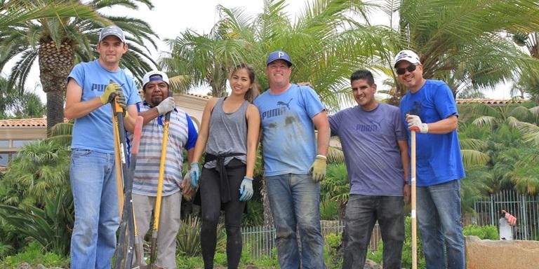 sechs Leute im Garten