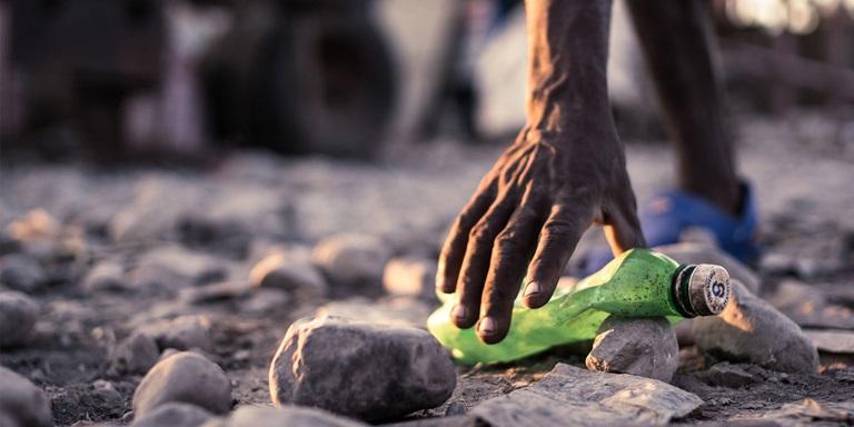 Einwohner Haitis beim Sammeln von Plastikflaschen
