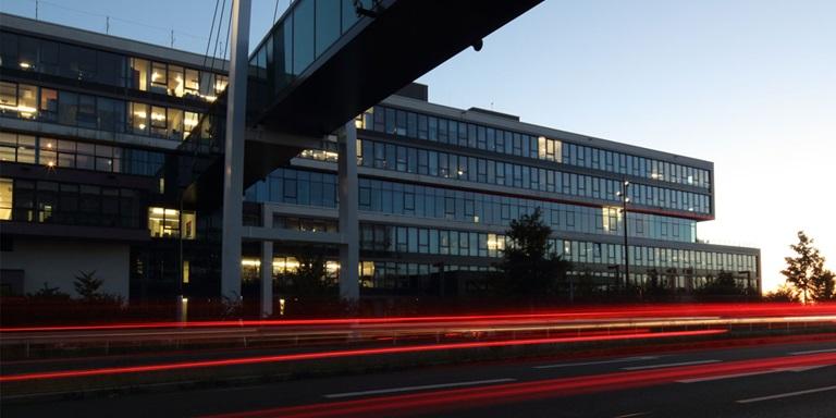 PUMAs Bürogebäude am Abend