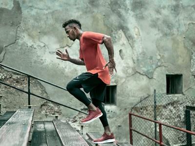 Mann rennt die Treppen hoch