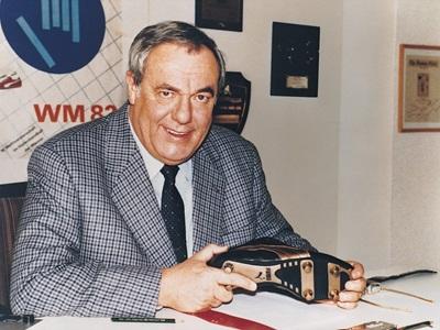 1982 Armin Dassler mit seiner Erfindung